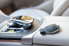 Kragbalken des Autos Lederner Salon des zur Schau tragenden Autos durch Nahaufnahme lizenzfreies stockbild