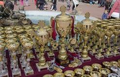 Kragujevac, Serbia - 9 aprile 2017: Insegua i trofei con dorato e le medaglie di argento sulla tavola C a C I B Immagini Stock Libere da Diritti