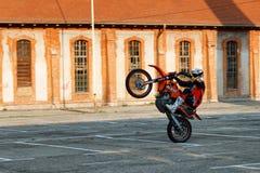 Kragujevac, Servië - Juli 18, 2016: Willy motorfietsstunt Extreme fietserrit motocycle op één wiel in Stara Livnica, oude factor Royalty-vrije Stock Afbeelding