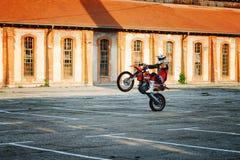 Kragujevac, Servië - Juli 18, 2016: Willy motorfietsstunt Extreme fietserrit motocycle op één wiel in Stara Livnica, oude factor Stock Afbeeldingen