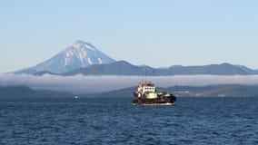 Krai de la Russie, le Kamtchatka - 31 août 2018 : La vue du volcan de Vilyuchinsky a également appelé Vilyuchik de bateau de tour photographie stock libre de droits