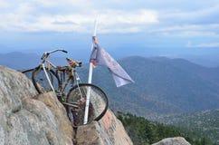 Krai de Primorsky, octobre, 05, 2015 Vélo et drapeau sur le dessus de la montagne de Pedan Photo libre de droits