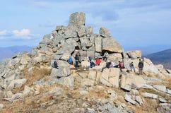 Krai de Primorsky, Russie, octobre, 05, 2015 Touristes sur le dessus de la montagne Pedan Image stock
