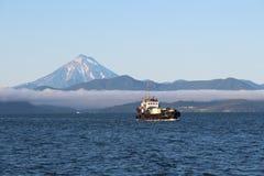 Krai de Rússia, Kamchatka - 31 de agosto de 2018: A vista do vulcão de Vilyuchinsky igualmente chamou Vilyuchik do barco de turis imagem de stock royalty free