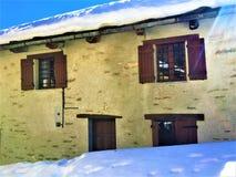 Kraina cudów dom, zima, śnieg i światło słoneczne, fotografia stock