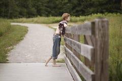 Kraj chłopiec na drewnianym ogrodzeniu Obraz Royalty Free
