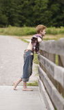 Kraj chłopiec na drewnianym ogrodzeniu Obraz Stock