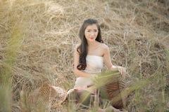 Kraj dziewczyny portret wewnątrz outdoors, Szczęśliwa wiejska dziewczyna ono uśmiecha się w polu, Obrazy Stock