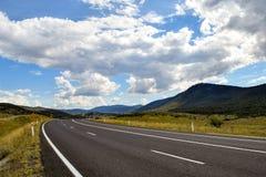 Kraj głównej drogi fading w halną odległość, Thredbo dolina zdjęcie stock