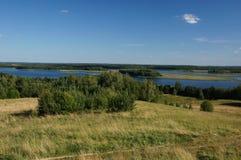 Kraj jeziora, pola i lasy, Zdjęcie Royalty Free