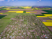 Kraj wioska otaczająca upraw polami w wiośnie Fotografia Stock