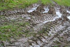 Kraj wioski drogi krajobraz Opony stąpanie samochodowi koła nieociosana wiejska droga w Pskov regionie, Rosja, Zdjęcie Royalty Free