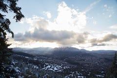 Krajobraz śnieżna dolina z wioską i górami w tle zdjęcie royalty free