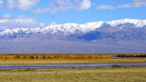 Krajobraz śnieżna góra i rzeka zbiory