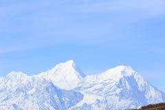 Krajobraz śnieżna góra pod niebieskim niebem Zdjęcia Royalty Free