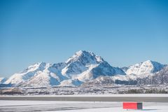 Krajobraz śnieżny pasmo górskie na zimie przy lotniskiem Obrazy Stock