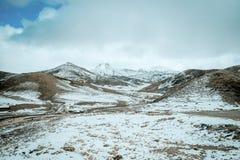 Krajobraz śnieg nakrywać góry w Wysokim atlanta pasmie, Maroko fotografia stock