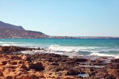 Krajobraz błękitny morza i góry tło zdjęcie royalty free
