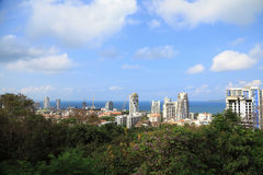 Krajobraz budynki z morzem, niebieskie niebo i chmura zdjęcia royalty free
