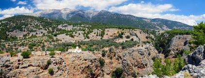 Krajobraz Crete wyspa z małym białym kościół na skale Aradena wąwóz, Crete wyspa, Grecja fotografia stock