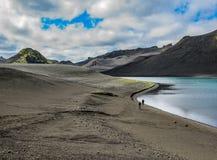 Krajobraz czarny powulkaniczny piaska pustynny i górski jeziorny Langisjor, Vatnajokull park narodowy, Iceland obraz stock