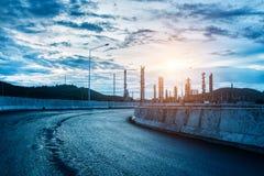 Krajobraz droga i rafineria ropy naftowej Zdjęcie Royalty Free