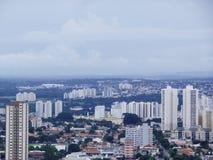 Krajobraz dzień w mieście z niektóre budynkami zdjęcia royalty free