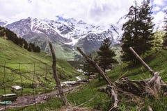 KRAJOBRAZ góry W śniegu Z ogrodzeniem, zieleniami I CHMURNYM niebem, fotografia royalty free
