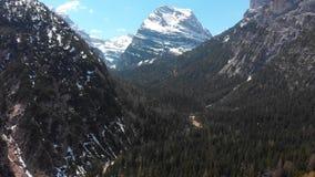 Krajobraz góry z śnieżnymi szczytami i ciemnym zwartym lasem - dolomity, Włochy zbiory wideo