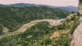 Krajobraz góry z obfitolistnymi lasami zdjęcie royalty free