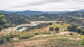 Krajobraz góry z obfitolistnymi lasami obrazy stock