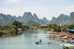 Krajobraz Guilin, Li rzeki i krasu góry, Lokalizować w Yangshuo okręgu administracyjnym, Guilin miasta, Guangxi prowincja, Chiny zdjęcia stock