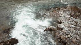 Krajobraz halna rzeka błyskawiczny przepływ woda, gładzi kamienie zdjęcie wideo