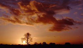 Krajobraz i chmury przy zmierzchem zdjęcia stock