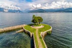 Krajobraz Jeziorny Maggiore z drzewem na molu, widok od Cerro Laveno plaża, Włochy fotografia stock