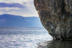 Krajobraz Jeziorny Ohrid z gigantyczną skałą na którym budował kościół St John baptysta Canneo macedonia fotografia royalty free