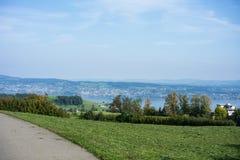 Krajobraz jeziorny Zurich w lecie z drzewną linią wycieczkuje śladu Switzerland turystyki podróży miejsca przeznaczenia natury pa Obrazy Stock