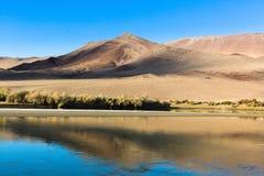 Krajobraz jezioro, step i góry w Zachodnim Mongolia, Rosja Zdjęcia Royalty Free