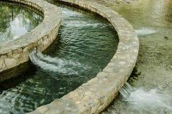 Krajobraz mała siklawa w kółkowej fontannie, grupa małe siklawy zdjęcie stock