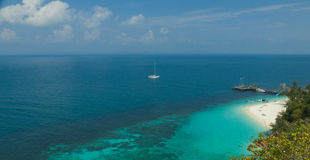 Krajobraz mała tropikalna wyspy plaża z ładną żeglowanie łodzią i perfect niebem Zdjęcie Stock