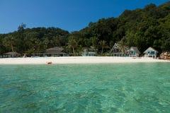 Krajobraz mała tropikalna wyspy plaża z ładnym bungalowem i perfect niebem Obrazy Stock