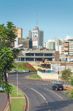 Krajobraz miasto Grande Campo Miasto z niektóre budynkami między drzewami, samochodowym ruchem drogowym i miastową sztuką, Zdjęcie Royalty Free
