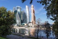 Krajobraz miasto z drapaczami chmur słoneczny dzień moscow, ru Fotografia Stock