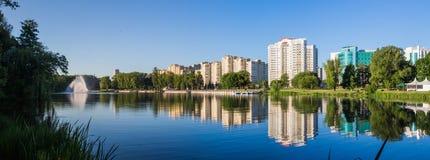 Krajobraz Minsk miasto, woda, niebo zdjęcie stock