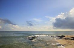 Krajobraz morza, plażowego i chmurnego niebo który słońce promień, Obraz Stock