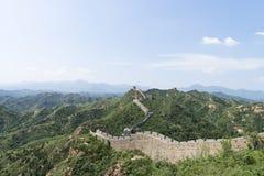 Krajobraz Mutianyu sekcja wielki mur Chiny Góry i wzgórzy pasma otaczający zielonymi drzewami podczas lata Hua obrazy royalty free