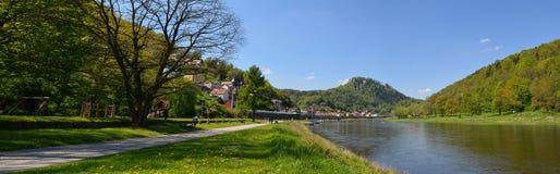 Krajobraz na Rzecznym Elbe, Niemcy, stary miasto Koenigstein Fotografia Royalty Free