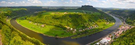Krajobraz na Rzecznym Elbe, Niemcy, stary miasto Koenigstein Zdjęcia Royalty Free