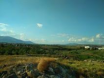 Krajobraz niebieskie niebo białe chmury Góry w odległości desktops zdjęcia stock