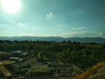Krajobraz niebieskie niebo białe chmury Góry w odległości desktops zdjęcia royalty free